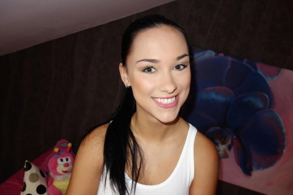 Hübsche Schwarzhaarige lächelt in die Kamera